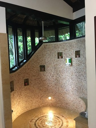Ian Anderson's Caves Branch Jungle Lodge: Beautiful indoor showers