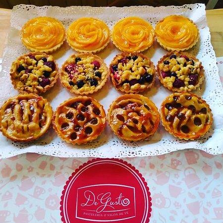 De Gusto Café Restaurant: Deliciosos pasteles elaborados por nosotros mismos.