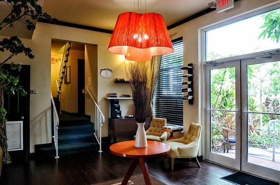 Tradewinds Apartment Hotel: Lobby