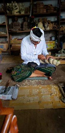 Ubud, Indonézia: Werochana wood craving