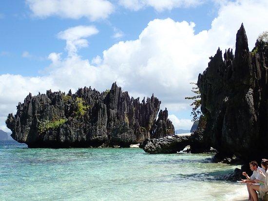 Matinloc Island の名もないビーチ