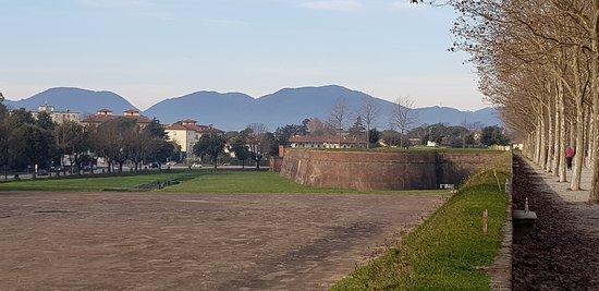 La passeggiata lungo le mura