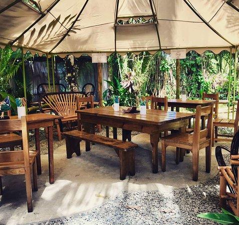 Island Kitchen: Garden Patio Dining