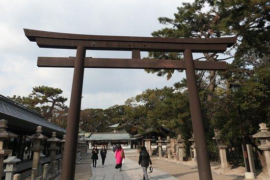 Nishinomiya Shrine: この鳥居をくぐると社殿が近くになります。