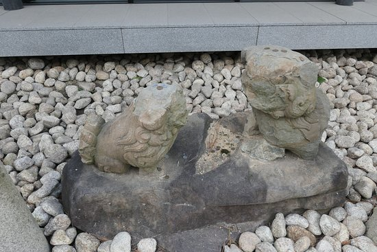 Nishinomiya Shrine: 松尾神社の狛犬。阪神淡路大震災で台石から落ちて破損してしまったものをここに置いてあるそうです。