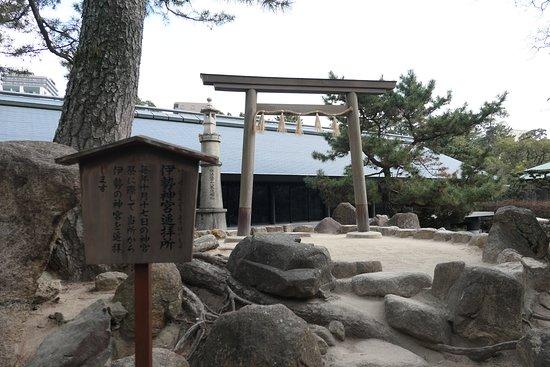 Nishinomiya Shrine: 境内の中央にある神池内にある伊勢神宮遙拝所。