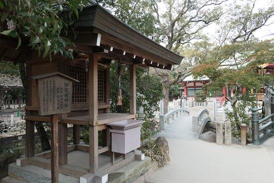 Nishinomiya Shrine: 境内の中央にある神池内にある宇賀魂神社