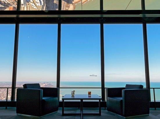Κέντρο/Παρατηρητήριο του John Hancock: Relax with a cocktail at BAR 94, Chicago's highest bar with a full 360-degree view.