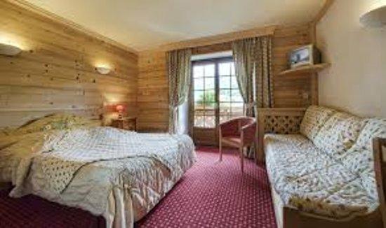 Chambre au caractère decontracté et chaleureux equipée de douche à l'italienne ou de baignoire, bénéficiant pour la plupart d'un balcon et d'une vue village -chaîne des Aravis.
