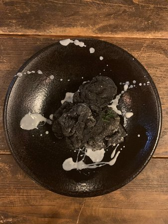 一番人気の黒からあげ。インパクトとは裏腹に、中身はジューシー外はカリッとオーソドックスな唐揚げです。黒の秘密は是非お店にて。