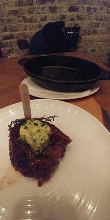 反正就是要移到碟子進食,那鐵板的實際作用是甚麼?把肉從鐵板移到碟子其實是不容易的。