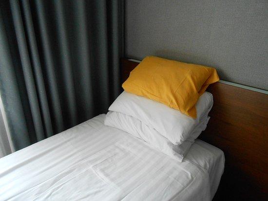 Crown Hotel Itaewon: Crown Hotel, Itaewon, Seoul, South Korea. Great pillows.
