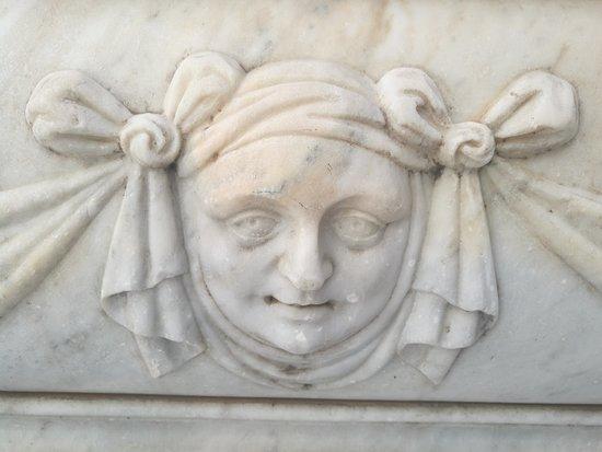 Palacio Manara: Detalle de la Fuente de mármol