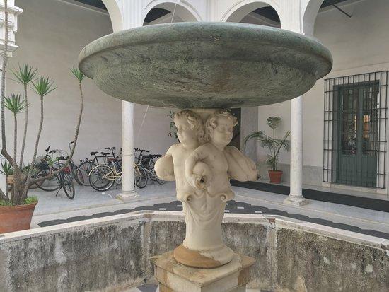 Palacio Manara: Fuente de mármol