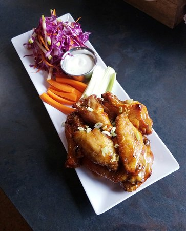 Waters Edge Winery & Bistro: Chef D's famous wings.