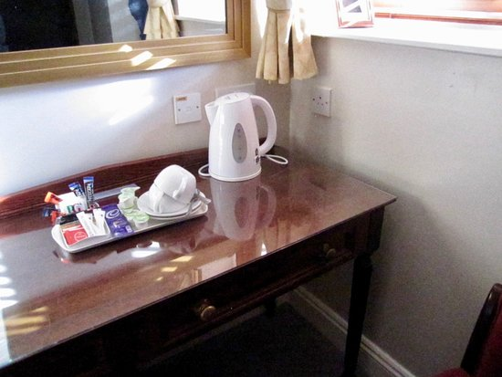 The John Barleycorn: in room coffee & tea, milk cups for creamer, no cookies, alternate mirror for the shorties.