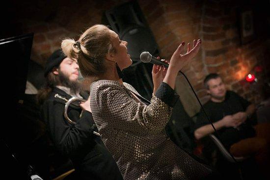 Winiarnia Bachus: z miłości do muzyki, wina i dobrej kuchni - śpiewamy Wieczór muzyczny.
