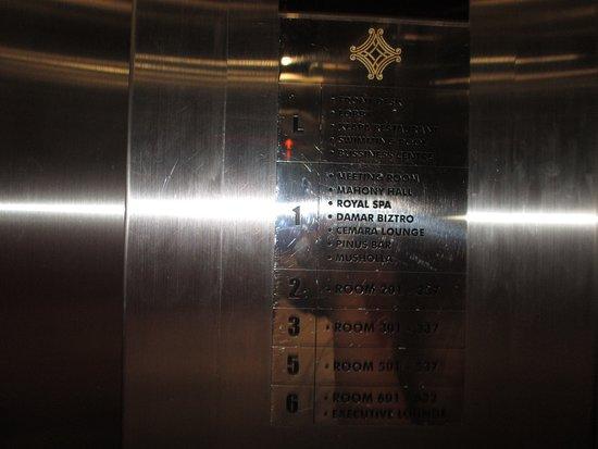 Grand Cakra Hotel: Lift