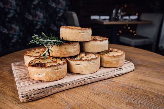 Stables Bar & Grill: Lots of pies