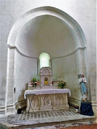 Rouillac, France: Le clocher octogonal placé au dessus du transept de cette église Saint-Pierre est un repère pour situer le centre du bourg.  L'église est accueillante et son état est superbe. Elle a été restaurée récemment à l'intérieur comme à l'extérieur grâce à un ambitieux programme qui dura trois ans.
