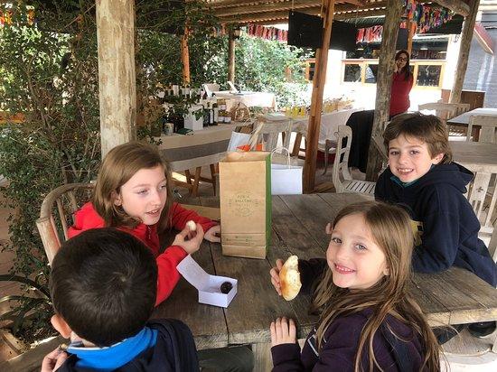 Punta Ballena Market: Disfrutando las delicias de Casildo, panes tartas y dulces.