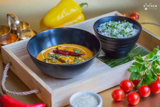 The Kitchen 21: Mumbai Ka Butter Chicken 🍛  Мариноване стегно курки у йогурті, індійських спеціях та зеленому чилі, тушковане у ніжному вершково-томатному соусі з пажитником (прянощі роду бобових). Подається з традиційним рисом (Jeera rise)
