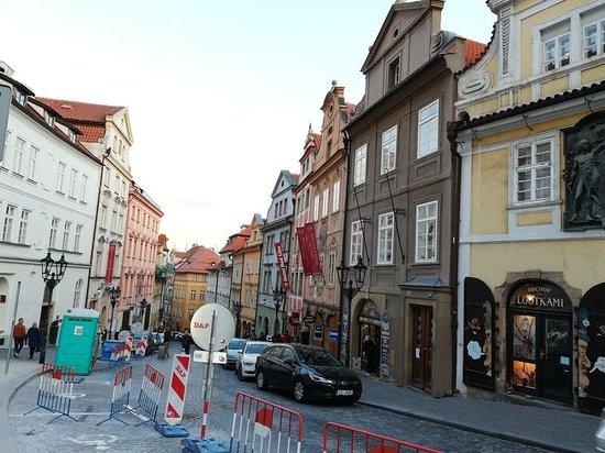 Nerudova Street: カラフルな建物