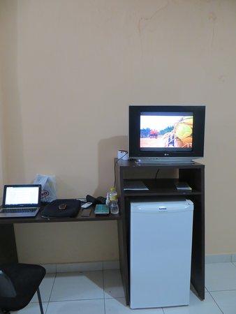 Ourilandia Do Norte: Mesa, rack (encostado na parede), TV CRT e geladeira