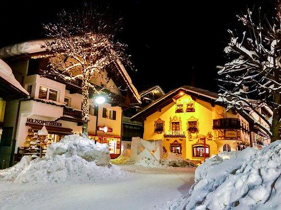 Pension Krinserhof: Seefeld Village by night