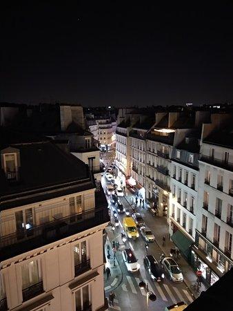 París, Francia: In diretta da Parigi. Deliziosa vista sui tetti dalla camera dell'hotel