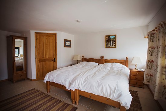Alltwalis, UK: Lucy Rie room, twin bed and en-suit in peaceful and rural Welsh Hills. Coffee and tea facilities as well as a flat screen tv, bedding and towels. All to make your stay successful and comfortable