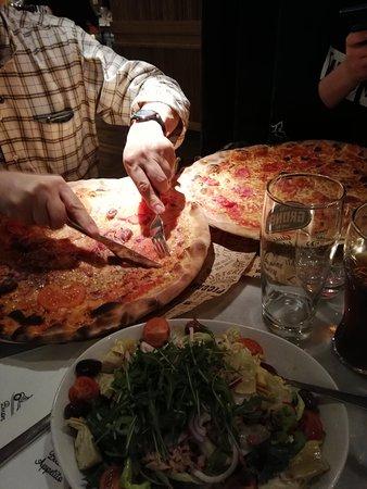 Pizzen Grpß, Tische zu klein.... Qualität gleich null. Kaum Belag. Auf Schinkenpizza vielleicht maximal 10 kleine Stückchen Schinken. No go!