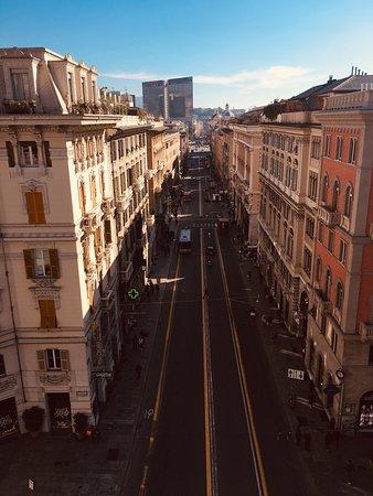 Rue de l'Hotel (hotel sur la gauche)vue de l'arche qui domine la rue
