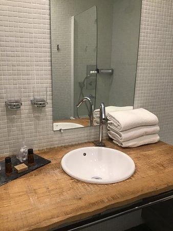 Aydius, ฝรั่งเศส: Grande salle de bain avec baignoire