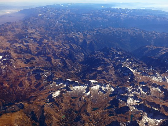 United Airlines: UA492 SFO to LAS 737-900 First Class Seat 2F - Over California Desert & Yosemite National Park w/ Snow