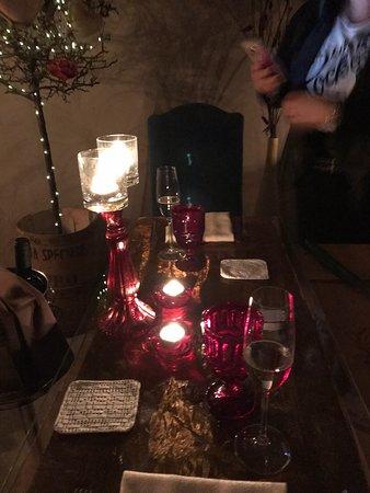 Posto davvero eccellente!! Il cameriere è a dir poco perfetto:gentile,corretto,simpatico ed il cibo buonissimo...per non parlare dei vini....uno più buono dell'altro!! Curato ogni minimo particolare e la struttura Io & Te è un vero nido d'amore. Voto 10+ 🥰👍👏👏