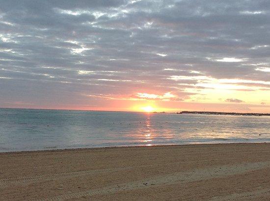 La plage est nettoyée 24/24 par l'hôtel