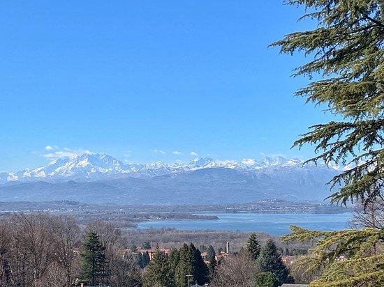 Il monte Rosa svetta sopra il lago di Varese in uno degli scenari E più belli e maestosi che si possono ammirare dalla provincia di Varese. Villa Cagnola a Gazzada Schianno ha un grande parco e Stendhal nel suo viaggio in Italia descrisse questo panorama come uno dei più belli che avesse mai visto