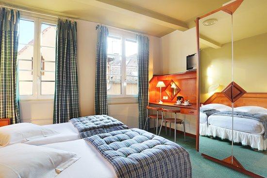 Hotel Suisse: chambre cosy lits jumeaux sur l'arrière