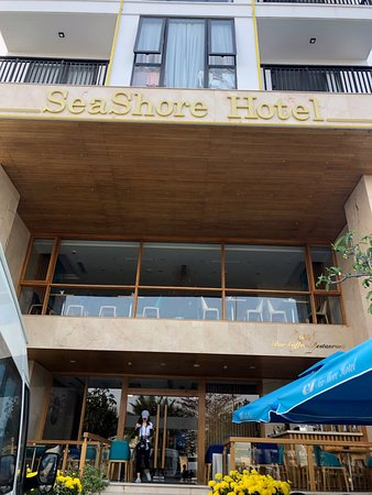 Seashore Hotel - Apartment: 昼のホテルの外観 出入口 Entrance に Bar タクシー待ちの時間や少し時間があいた時に Fresh な Mango Juice を飲んで待ちました