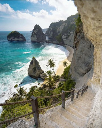 Nusa Penida now has many beaches that can be visited, one of them is that the beach can only be seen from the top of the cliff but now it can directly go down with stairs to enjoy the beauty of the beach.