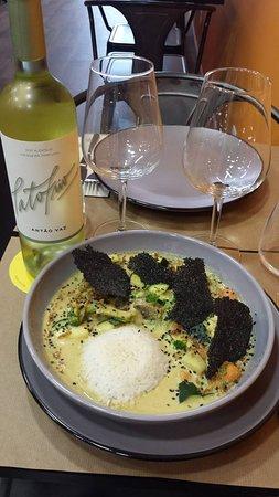 Caril de legumes e cogumelos com crocante de tapioca e mirtilios acompanhado com arroz. … Curry of vegetables and mushrooms with crunchy tapioca and blueberries accompanied with rice