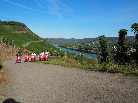 Zeltingen-Rachtig, Allemagne : geführte Motor-Roller(Mofa max 25km/h) Touren. Erleben Sie Infos, Panoramaausblicke, bei herrlichen Touren mit einem Wein- und Erlebnisgebleiter.