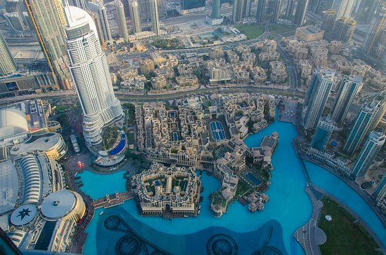 Burj Khalifa: Blick auf die Mall (links), Souk Al Bahar (Mitte) und Dubai Fountain