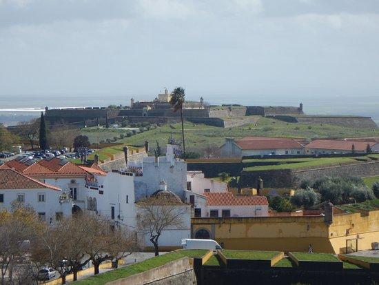Muralhas Seiscentistas: Forte de Santa Luzia in the distance