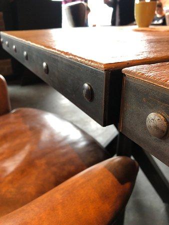 Я порвал штаны о необработанные металлические края стола! Кому вообще в голову могло такое прийти, оставить острые металлические края у столов?