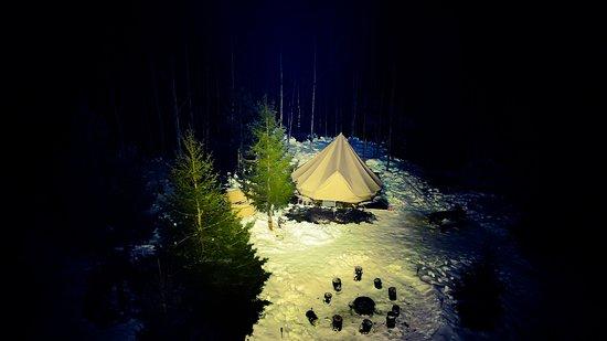 מחוז ווסטרנורלנד, שוודיה: Nieuw!! Slapen in een luxe tipi tent, midden in het bos. Geen andere toeristen, nee niks meer dan natuur, en een gastvrij gezin waarbij het ontbijt dagelijks klaar staat voor u! Weg van de snelweg, puur natuur, wegdromen in de warme hottube...... vuurtje maken grillen, vissen, paardrijden , met de quad een rondje om.... er is veel mogelijk!!! Dobberen in een kano, actief of gewoon niets.....het is mogelijk bij Fields Sweden!