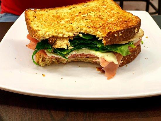 Pemberley Cafe: Sándwich Franz Kafka - Pan Multigrano con queso panela, jamón de pavo y espinacas. Una opción ligera en el menú