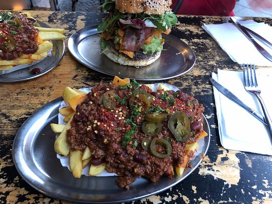 BBI - Berlin Burger International: Chili Cheese Fries und im Hintergrund einer der Burger