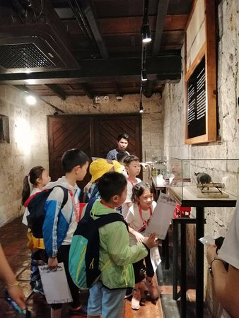 Blu Range Tours: Panda English Students during their object hunt at Casa Gorordo Museum, Cebu City